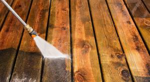 power washing service in toronto cleaning a deck