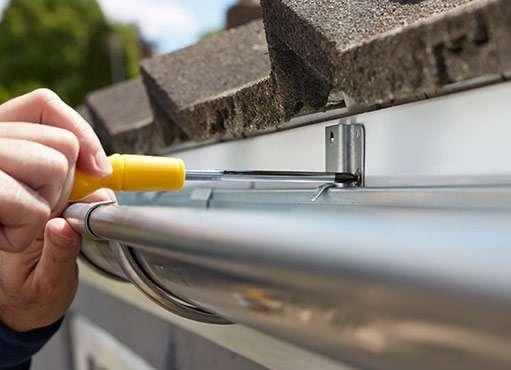 brampton eavestrough repair technician repairing eavestrough on a home