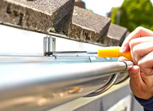 Etobicoke eavestrough repairs conducted by a skilled worker